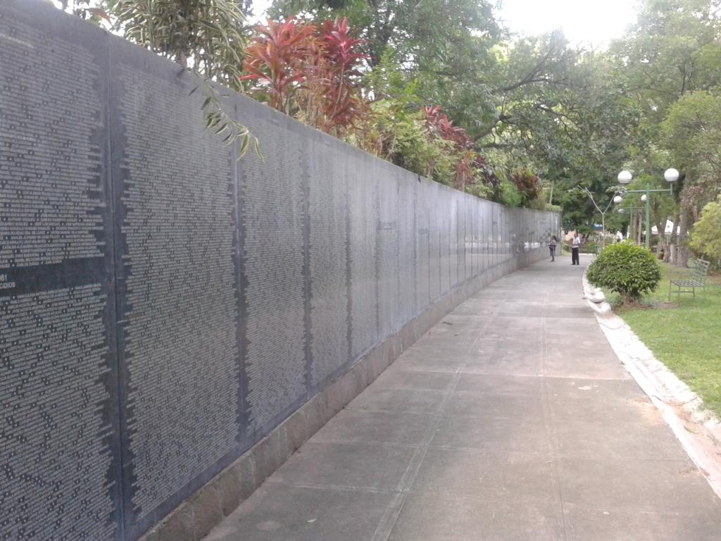 """Il nome di Marianella nel """"Monumento a la Memoria"""" nel parco Cuscatlàn"""