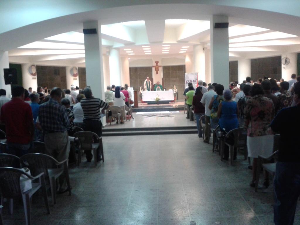 Cripta della basilica: Messa davanti alla tomba di Romero