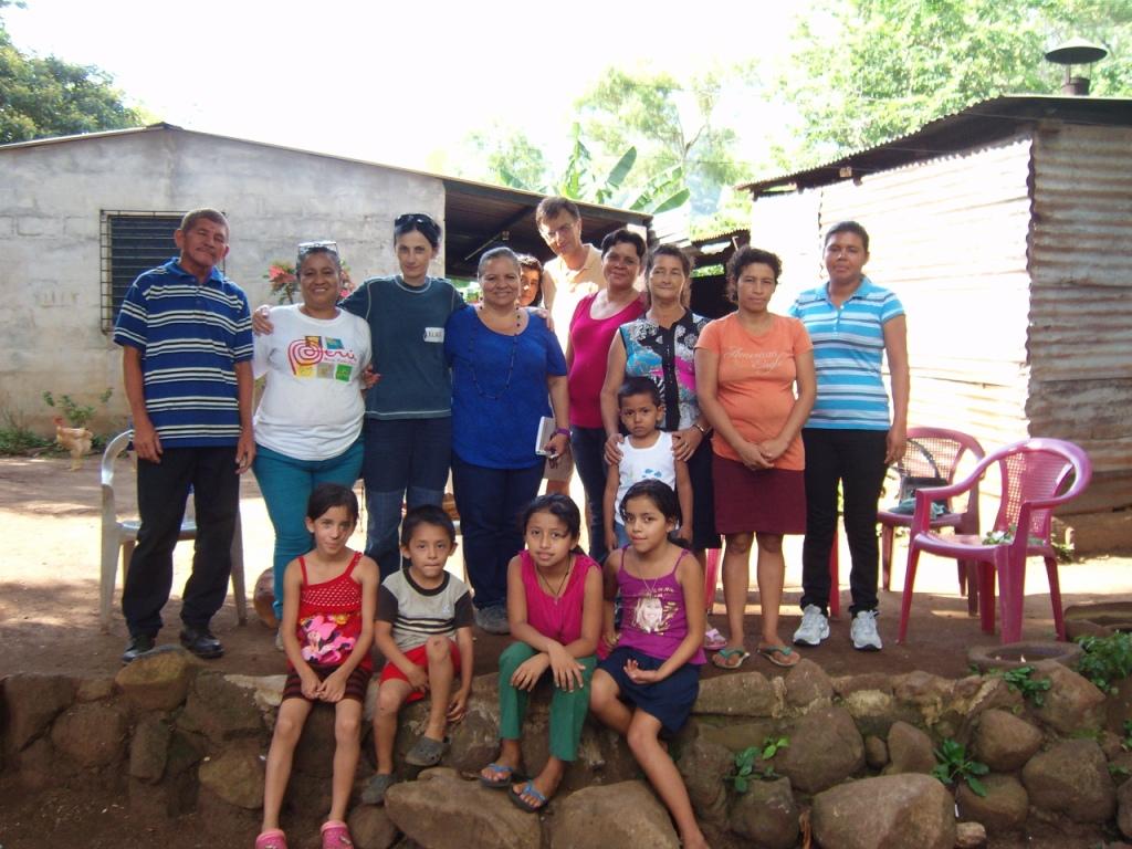 """In visita alle famiglie che realizzano il """"Progetto miele"""" sostenuto dall'associazione """"Marianella Garcia Villas"""" di Sommariva del Bosco (Cuneo)"""